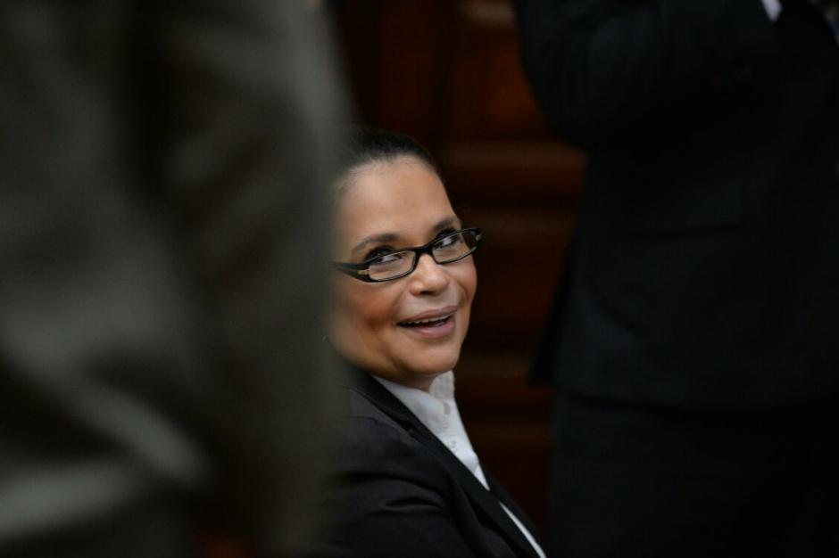 Aunque es complicado, el resto de implicados le saca una sonrisa a Roxana Baldetti. (Foto: Wilder López/Soy502)