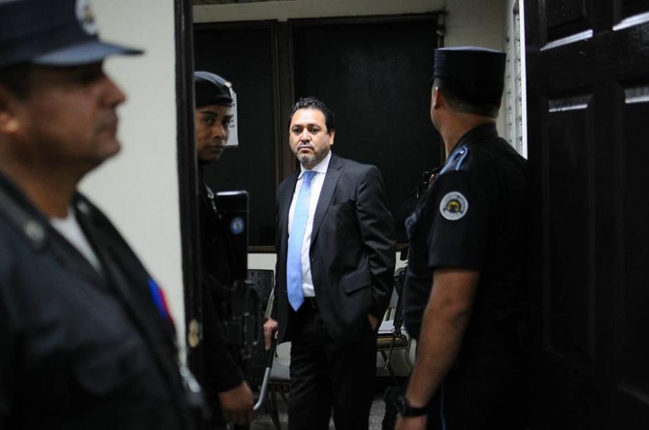 Gudy Rivera sale del juzgado donde se llevó a cabo la audiencia rodeado de elementos de seguridad. (Foto: Alejandro Balán/Soy502)