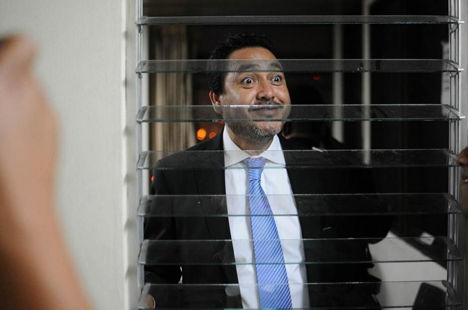 Desde una de las ventanas del juzgado Gudy Rivera mira a la prensa. (Foto: Alejandro Balán/Soy502)