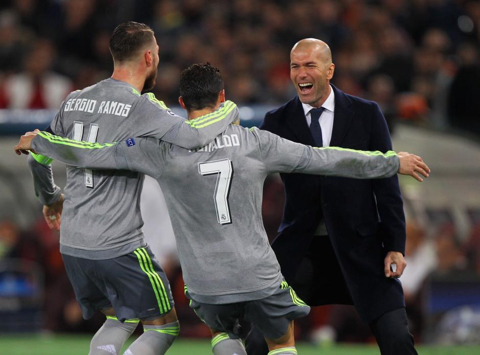 Cristiano Ronaldo celebró el primer gol de Real Madrid con el capitán Sergio Ramos y con su entrenador, Zinedine Zidane. (Foto: Getty)