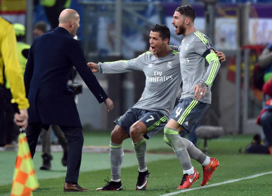 Zidane, Ronaldo y Ramos celebran el primer tanto del triunfo del Madrid.  (Foto: EFE)