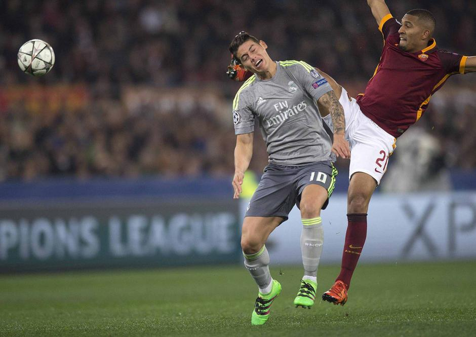 James Rodríguez recibe una fuerte entrada durante el duelo entre Real Madrid y Roma. (Foto: EFE)