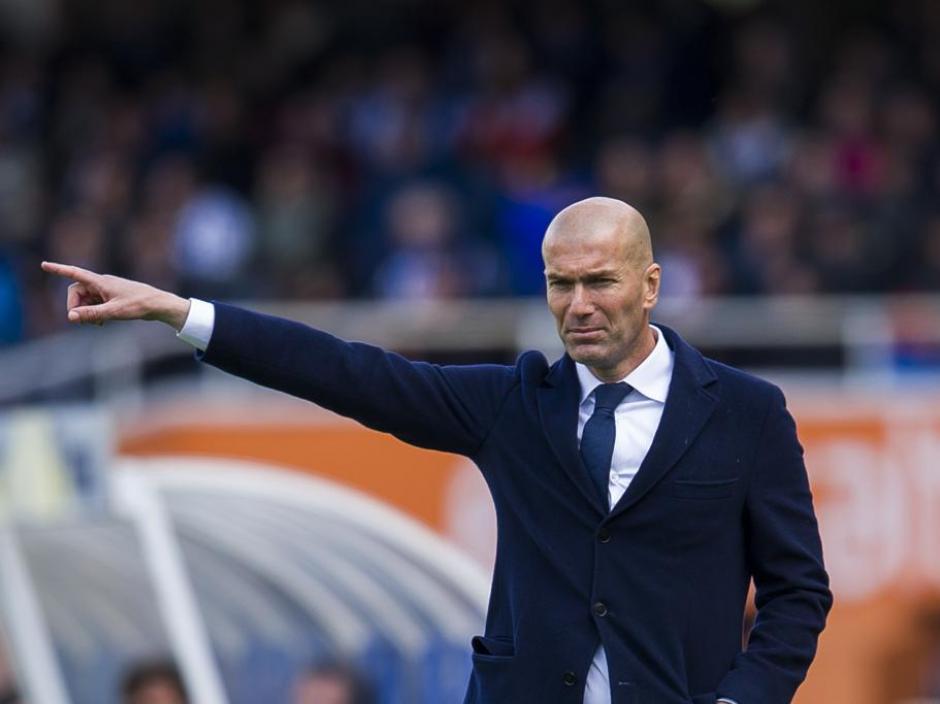 ZIdane sufrió el partido desde el banquillo, por ahora su equipo es líder de la Liga de España. (Foto: mundodeportivo.com)