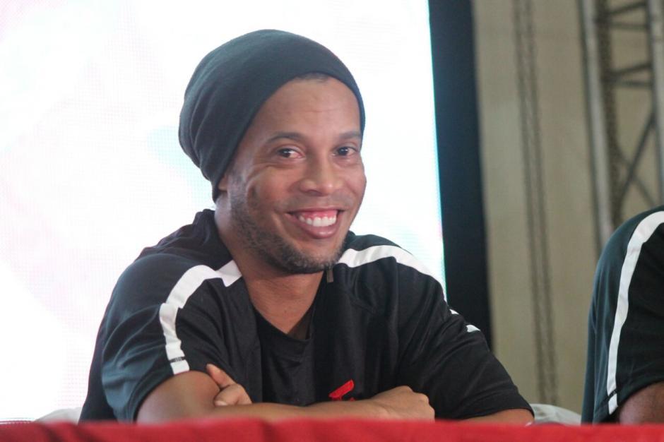 El típico gesto de Ronaldinho a su llegada a Guatemala. (Foto: Alejandro Balan/Soy502)