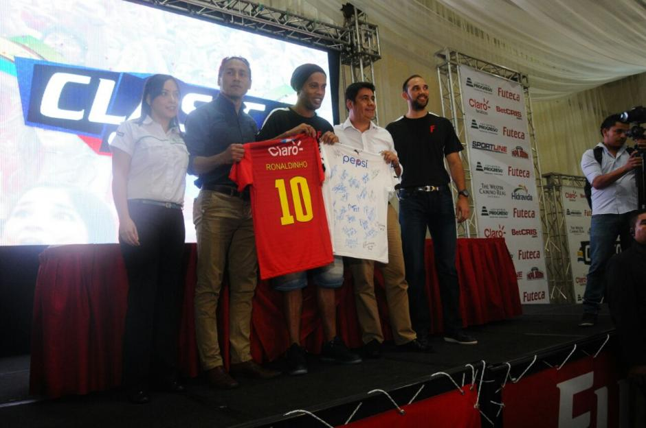 Estas son las camisolas con las que jugará el futbolista. (Foto: Alejandro Balan/Soy502)