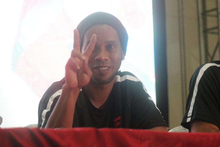 Así saludó Ronaldinho a los medios de comunicación. (Foto: Alejandro Balan/Soy502)
