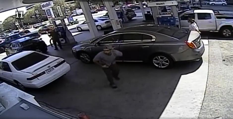 El hombre se retira después de conseguir su objetivo, robar. (Captura de pantalla: Infobae)