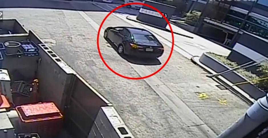 Un hombre llega en su automóvil para robar las pertenencias de una mujer en una gasolinera. (Captura de pantalla: Infobae)
