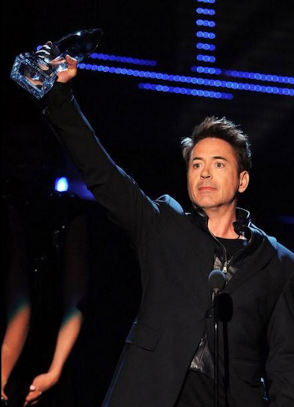 """Robert Downey Jr. alzó con orgullo su galardón como """"Actor favorito de acción"""". (Foto: Twitter/RobertDowneyJR)"""