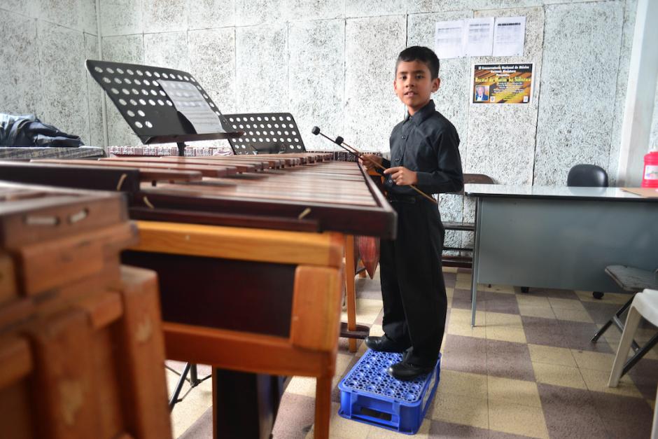 Roberth necesita una caja plástica para poder alcanza la marimba. (Foto: Jesús Alfonso/Soy502)