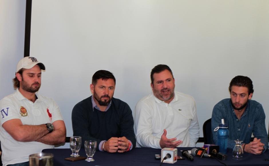 Roberto Arzú, junto a sus dos hijos, y Rolando Fonseca anuncian que quieren comprar a Comunicaciones: (Foto: Luis Barrios/Soy502)