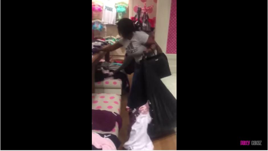 En el video se observa a dos mujeres metiendo ropa dentro de bolsas negras de plástico. (Foto: YouTube)
