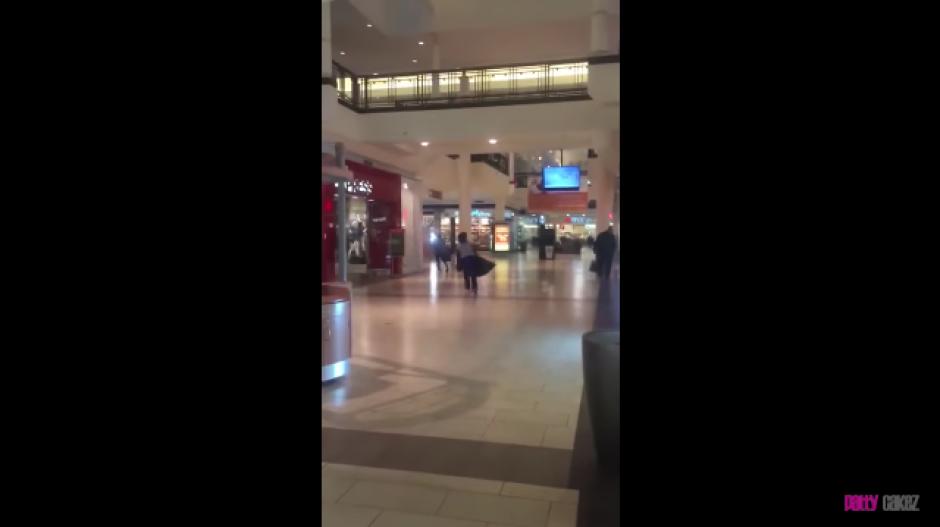 Al final las dos corren hacia la salida del centro comercial. (Foto: YouTube)