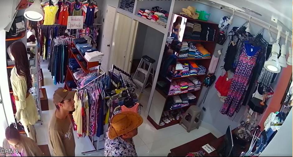 Dos hombres y una mujer ingresaron juntos a la venta de ropa. (Imagen: captura de Facebook)