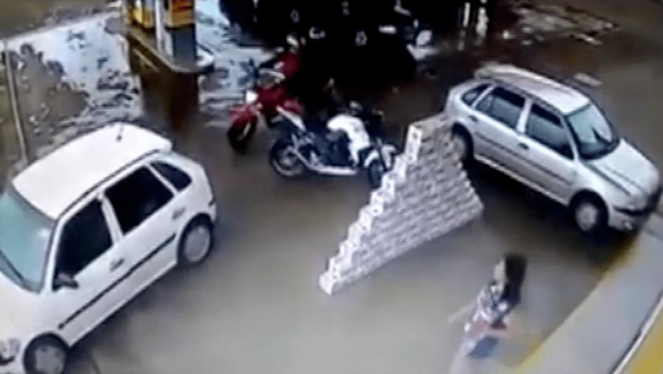 Los delincuentes no lograron encender la motocicleta. (Foto: captura de YouTube)