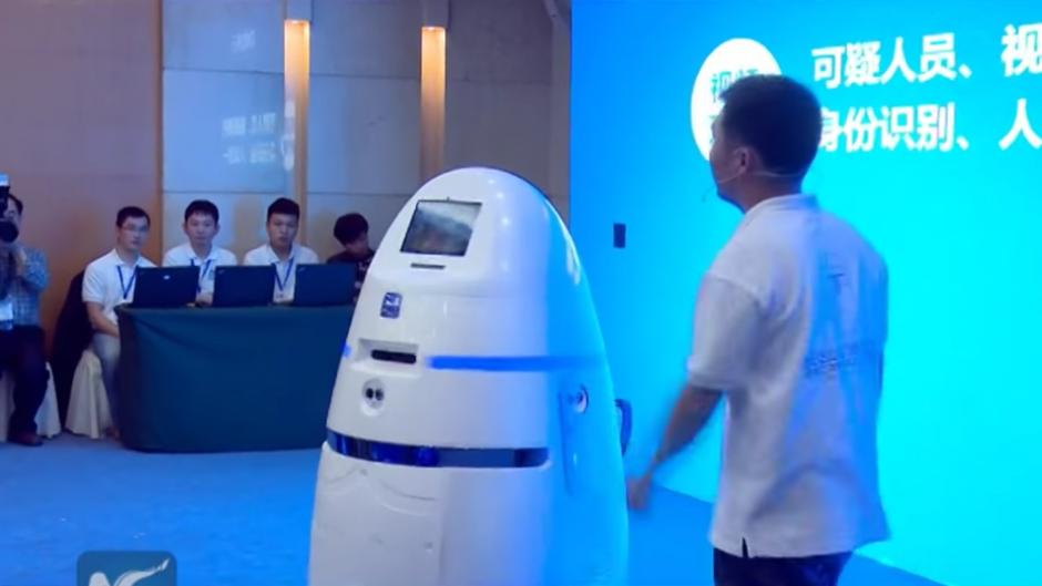 AnBot puede moverse a una velocidad de hasta 18 kilómetros por hora. (Captura de pantalla Youtube/New China TV)
