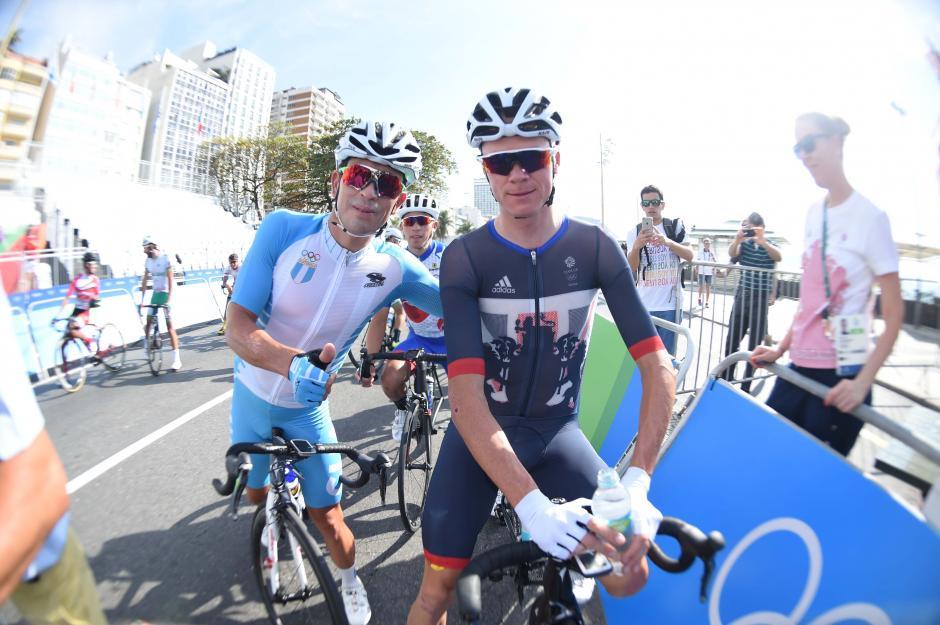 Manuel Rodas se tomó una foto con uno de sus ídolos, el británico, Christopher Froome. (Foto: Aldo Martínez/Enviado de Nuestro Diario)