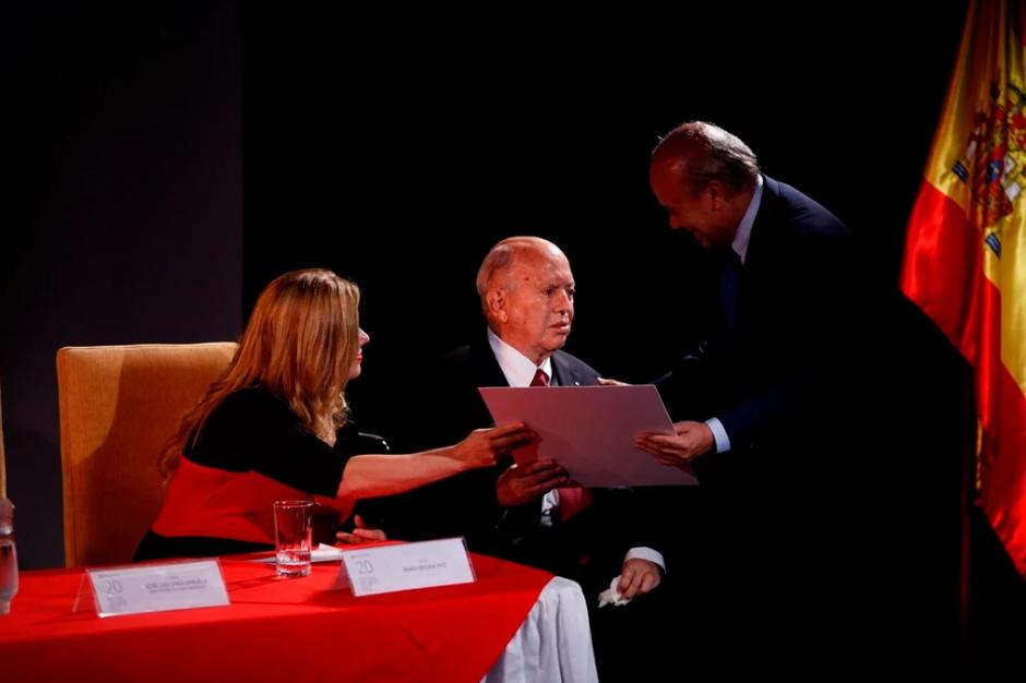 El Ministro de Cultura y Deportes otorgó este año la mención a Rodolfo Paiz Andrade. (Foto: MICUDE)