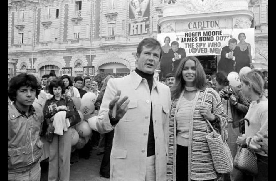 """Roger Moore, el 007 de los años 1970, llega al estreno de """"La espía que me amó"""" con Barbara Bach. (Foto: Google)"""