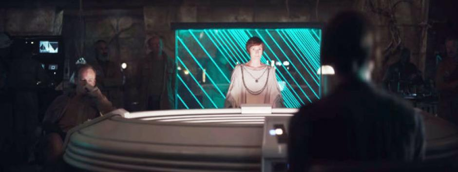 Detrás de la líder de la Alianza, Mon Mothma, parece estar el General de la Alianza, Jan Dodonna. (Captura de pantalla: Star Wars/YouTube)