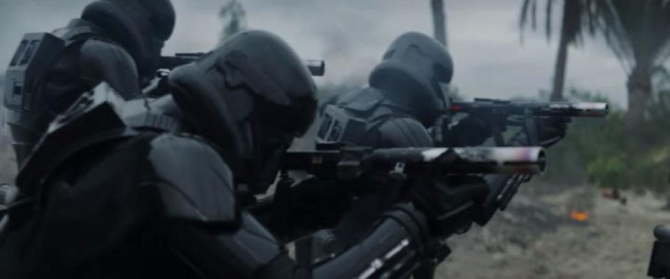 Estos son Stormtroopers especializados, con uniformes negros en lugar de blancos. (Captura de pantalla: Star Wars/YouTube)