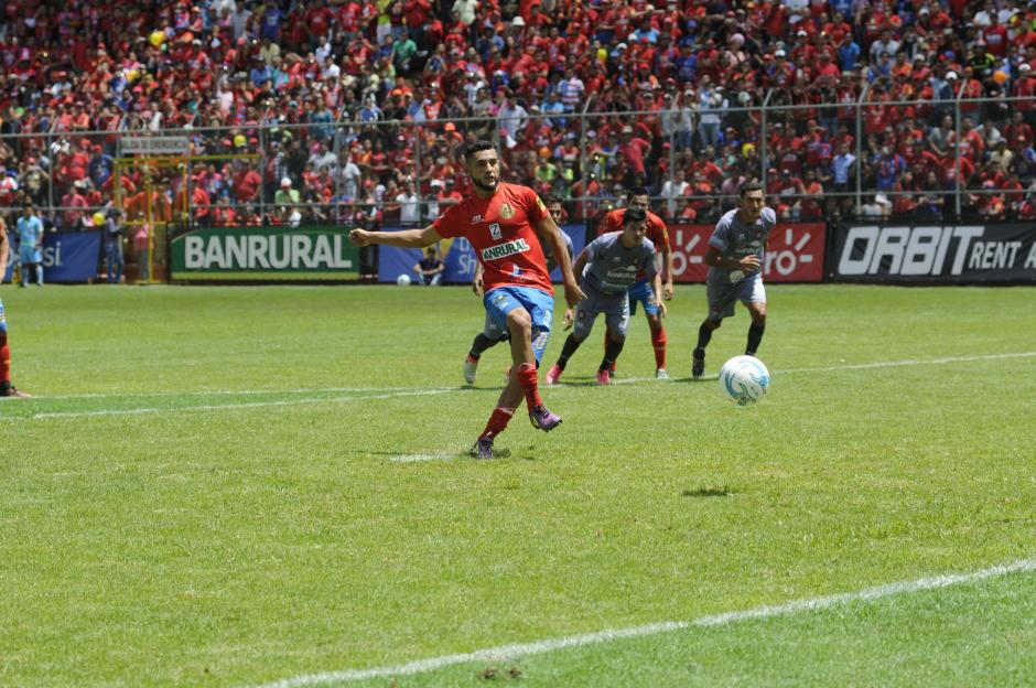 Así marcó de penal Danilo Guerra, el primero de los rojos. (Foto: Pedro Pablo Mijangos/Soy502)