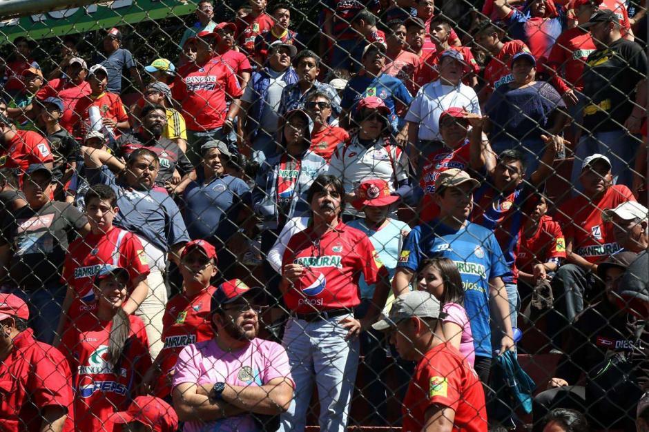 La afición roja sufrió en los graderíos del estadio El Trébol. (Foto: Alejandro Balán/Soy502)