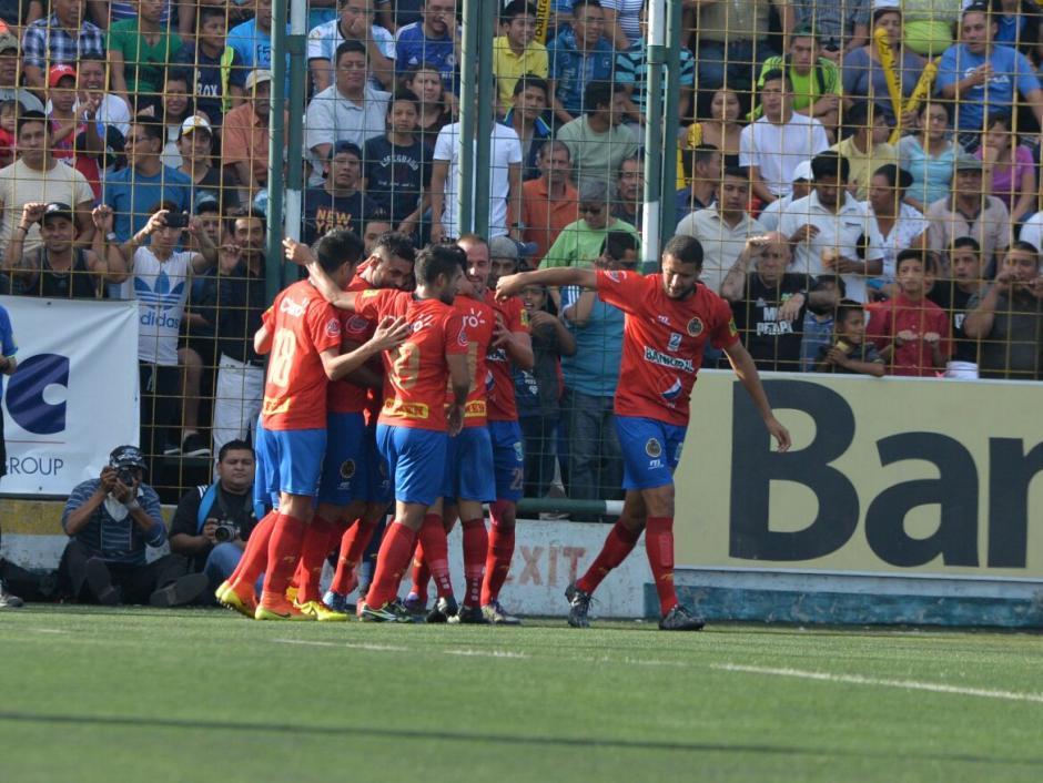 Los jugadores de Municipal celebran el gol de Carlos Kamiani. (Foto: Wilder López/Soy502)