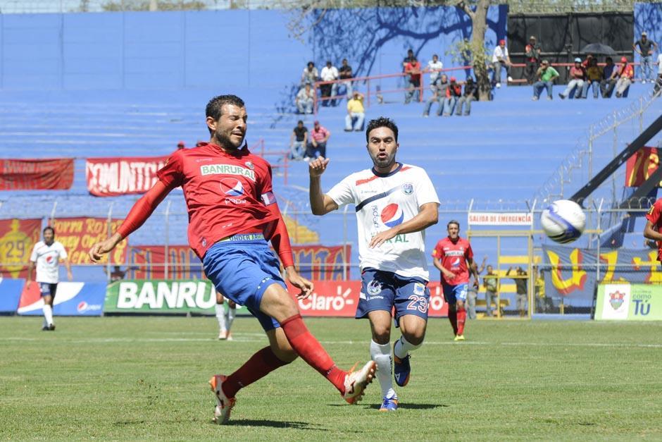 Carlos Kamiani Felix, el anotador de los dos goles de la tarde, y Hamilton López en una jugada durante el encuentro celebrado en el estadio Manuel Felipe Carrera