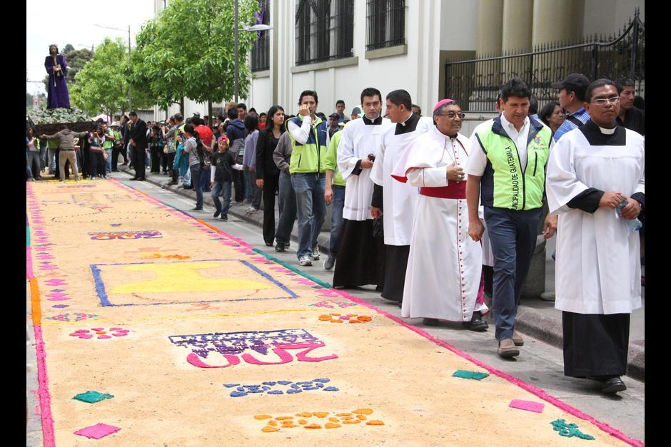 El Arzobispo Oscar Julio Vian Morales, participó en el recorrido de la procesión que hizo su paso sobre la alfombra de más de 2 kilómetros. (Foto: Archivo/Soy502)