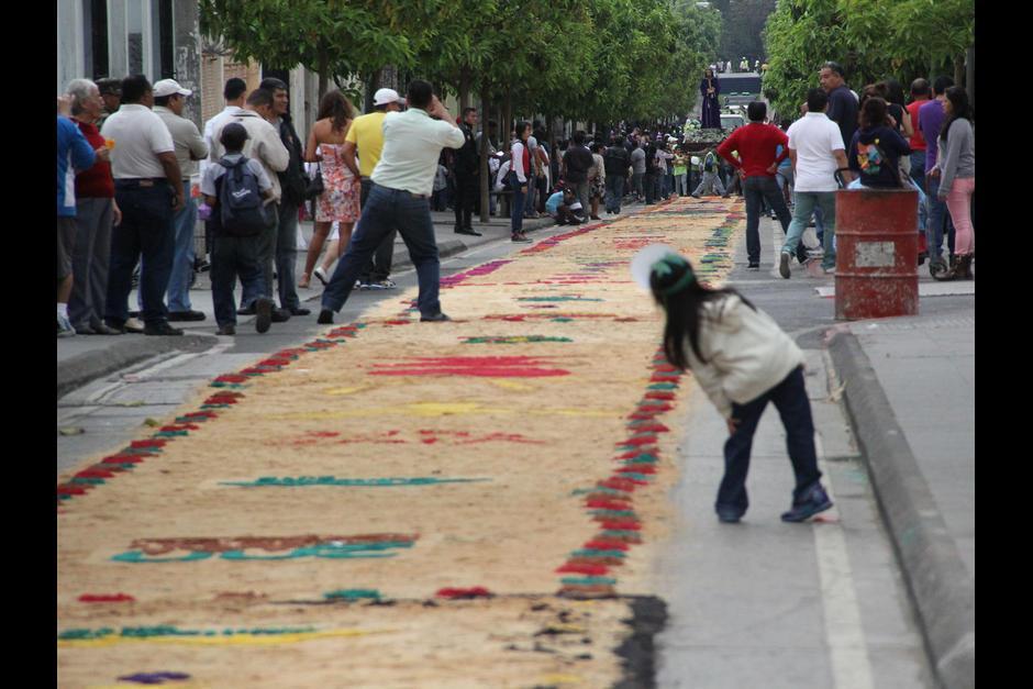 Las calles aledañas al Paseo de la Sexta fueron cerradas para que los guatemaltecos caminaran tranquilos para observar la colorida alfombra. (Foto: Archivo/Soy502)
