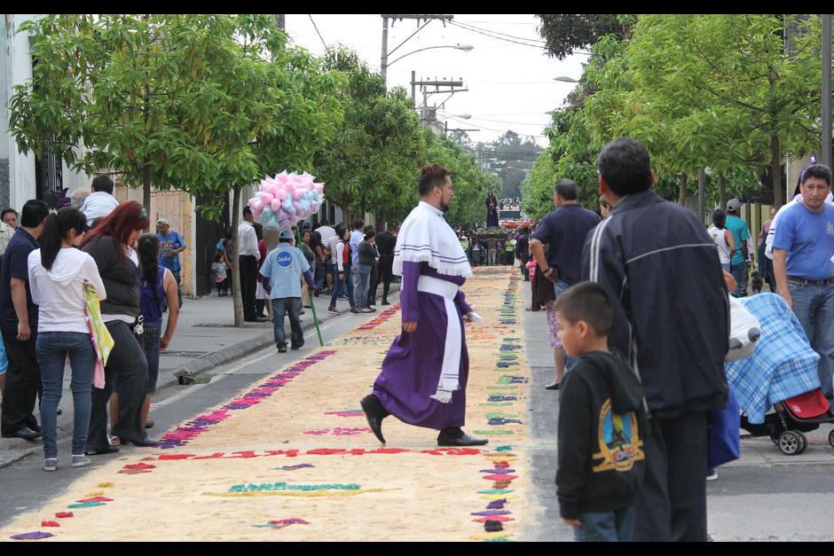 Devotos y transeúntes tuvieron dificultades para cruzar la calle por la elaboración de la alfombra en el Paseo de la Sexta. (Foto: Archivo/Soy502)