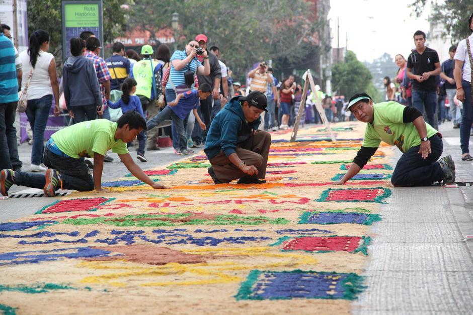 Alrededor de 6 mil personas participaron en la elaboración de la alfombra en 2015. (Foto: Archivo/Soy502)