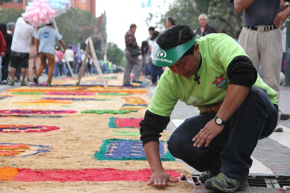 Los voluntarios daban los últimos retoques a la alfombra. (Foto: Archivo/Soy502)
