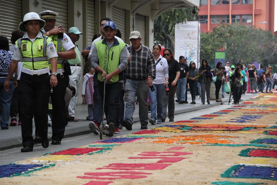 Al terminar la alfombra, un empleado municipal acompañado de un representante del Récord Guinness la midieron. (Foto: Archivo/Soy502)