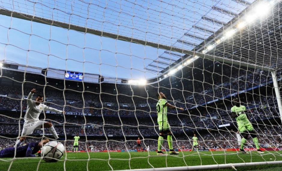 El balón terminó dentro de la red justo cuando el árbitro marcó el fuera de juego. (Foto: AFP)