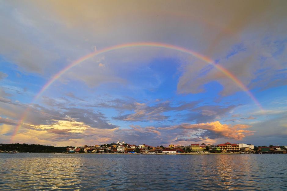 El fotógrafo Rony Rodríguez logró captar la imagen de un arcoíris sobre la Isla de Flores, Petén. (Foto: Rony Rodríguez/Facebook)