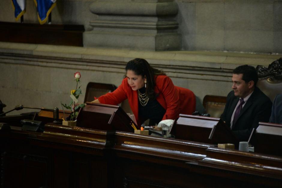 La diputada Aracely Chavarría colocó la rosa como adorno en su curul. (Foto: Wilder López/Soy502)
