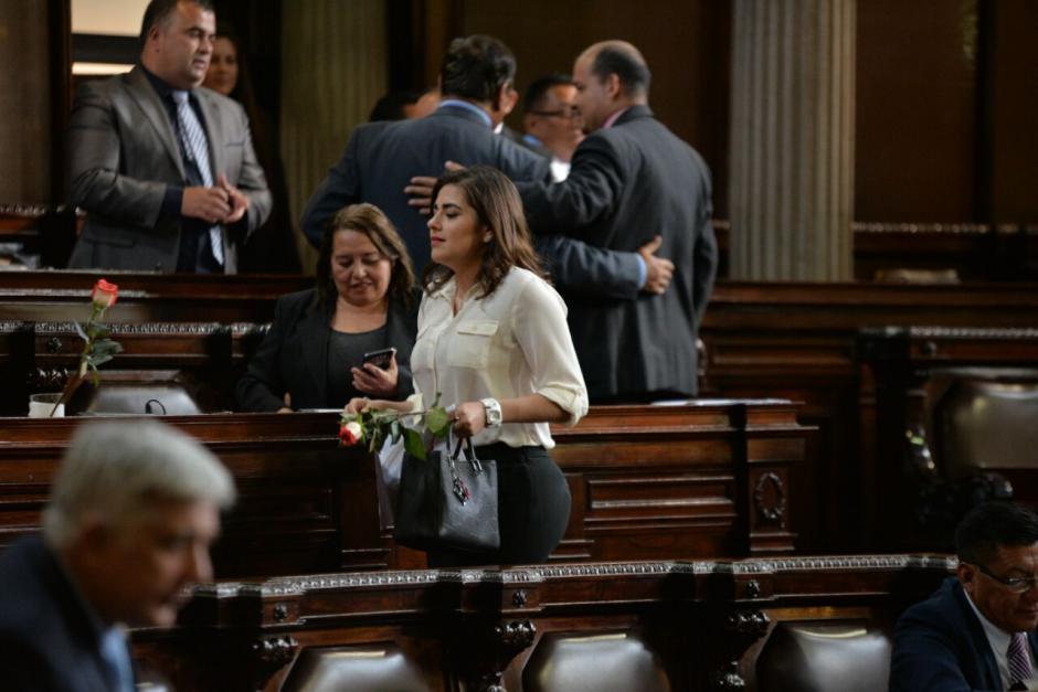 Las rosas fueron enviadas por varios diputados. (Foto: Wilder López/Soy502)