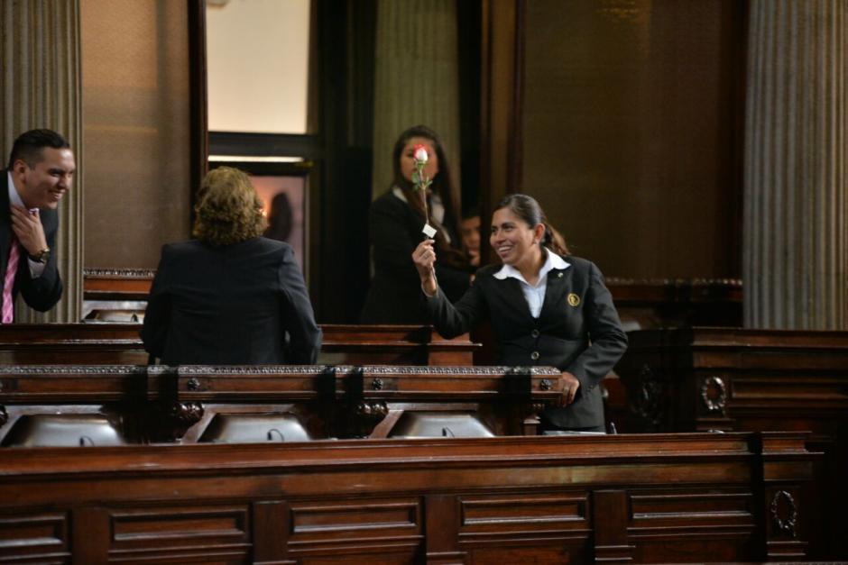 Los empleados del Congreso repartieron rosas. (Foto: Wilder López/Soy502)