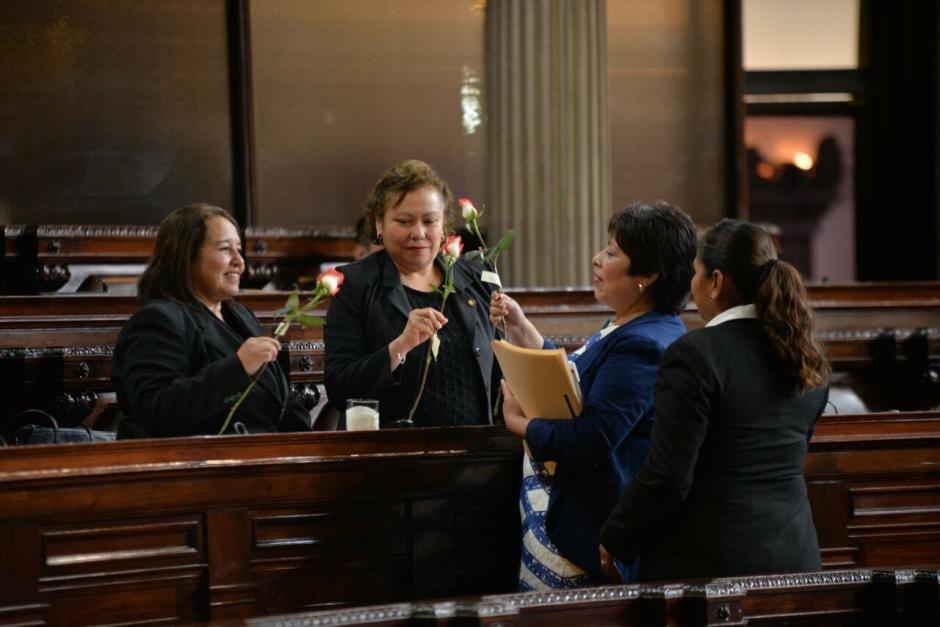 Las legisladoras recibieron las rosas previo a la sesión. (Foto: Wilder López/Soy502)