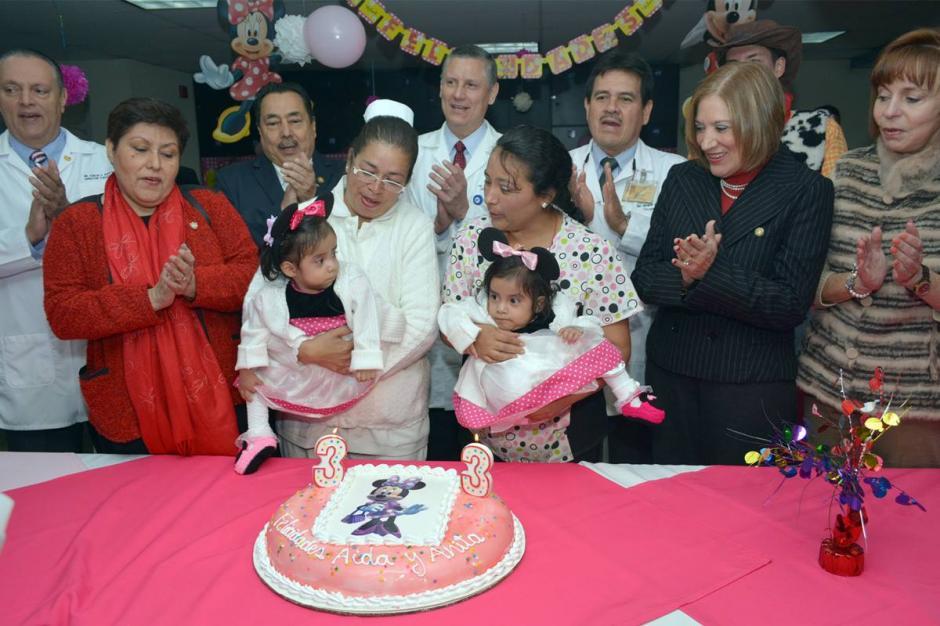 Las dos niñas celebraron junto a doctores, enfermeras y otros niños. (Foto: Ministerio de Salud)