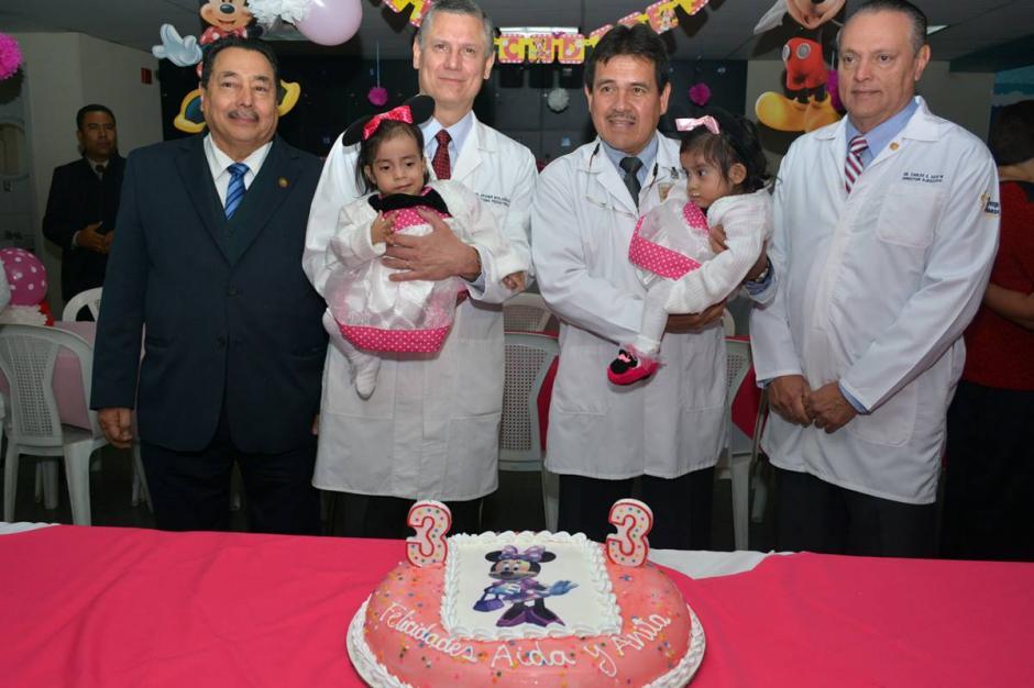 El Ministro de Salud Alfonso Cabrera (izquierda), estuvo presente en la celebración. (Foto Ministerio de Salud)