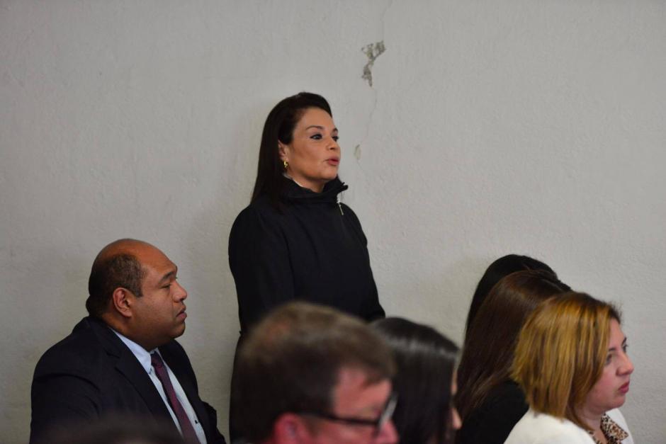 Roxana Baldetti se pone de pie para ofrecer sus datos personales. (Foto: Jesús Alfonso/Soy502)