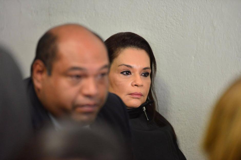 El abogado de Baldetti la acompañó desde temprano. (Foto: Jesús Alfonso/Soy502)