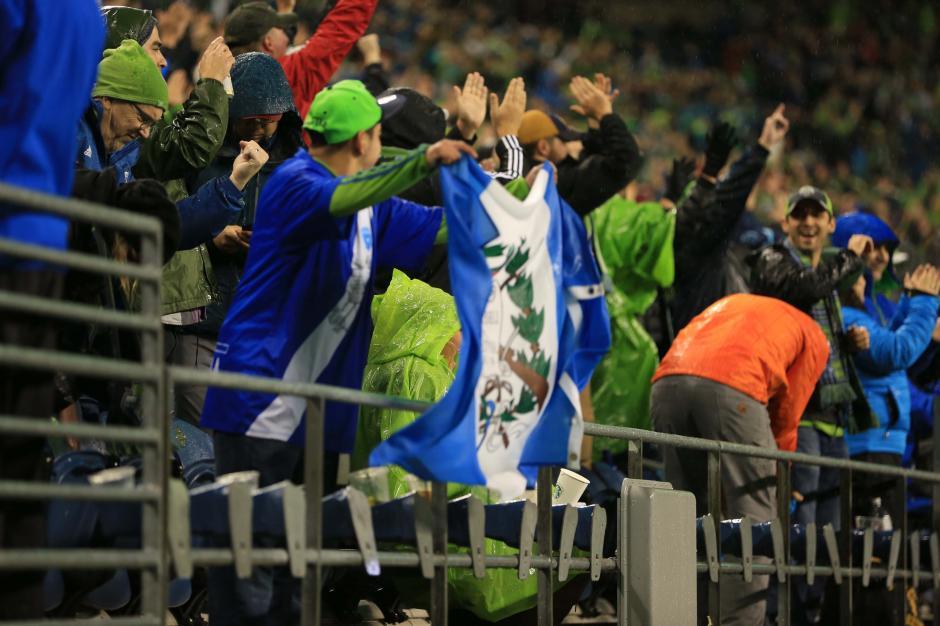"""Banderas azul y blanco para apoyar al """"Pescado"""" Ruiz. (Foto: Brian Mendia/especial para Nuestro Diario)"""