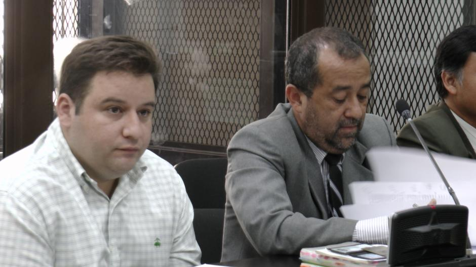 Barreda y su abogado a la espera de iniciar la diligencia. Foto Esteban Biba/Soy 502