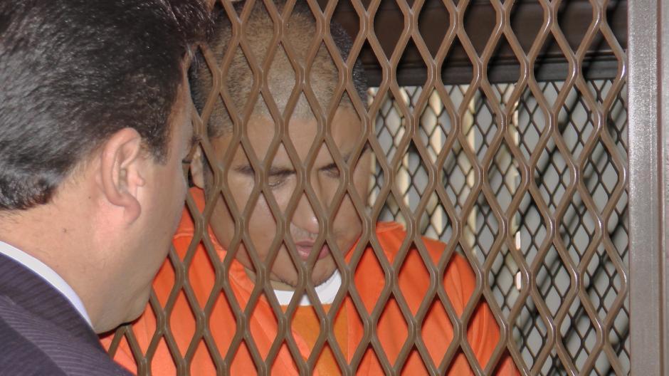 """""""Guayo Cano"""" conversa con su abogado al momento de esperar el inicio de la diligencia en el Nivel 14 de la Torre de Tribunales. Foto Esteban Biba/Soy 502"""