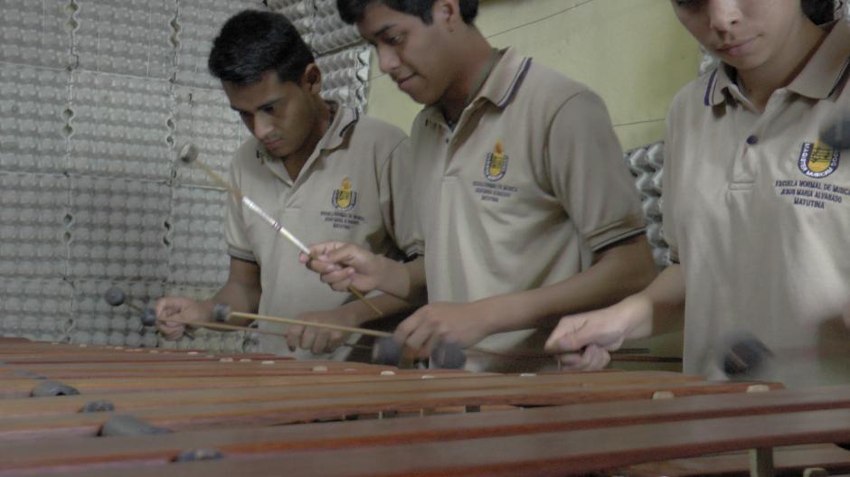 Los alumnos de la Escuela de Maestros de Música practican a diario la ejecución del instrumento nacional: La Marimba. (Foto: Antonio Ordoñez/Soy502)