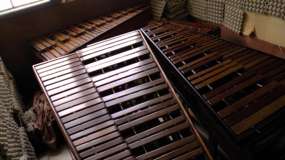 Varias marimba que necesitan reparación están almacenadas en el estudio donde los alumnos de la Escuela de Maestros de Música practican el instrumento autóctono guatemalteco. (Foto: Antonio Ordoñez/Soy502)